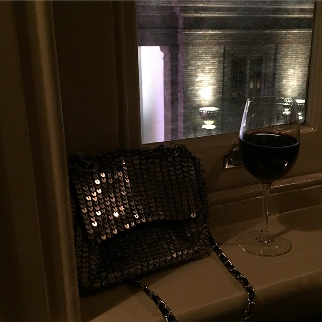 Out with my favourite @topshop cross body chain mail bag with @deslewis @sohohouse #mamaspree #girlsnightout #understatedbling #asseenonlittlespree